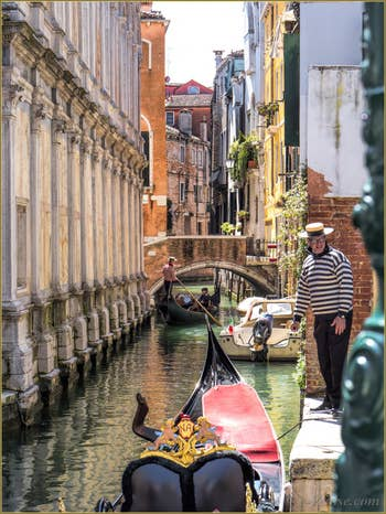 Gondoles sur le Rio dei Miracoli, dans le Sestier du Cannaregio à Venise.