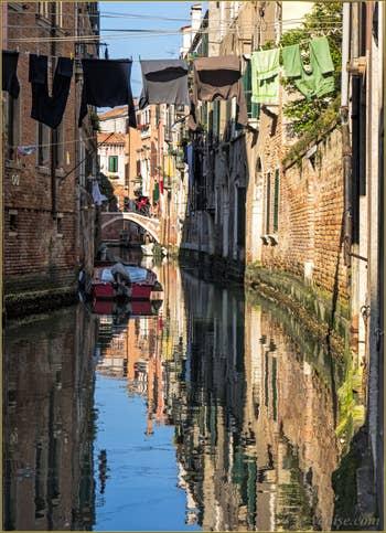 Reflets sur le Rio dei Scudi Santa Ternita, dans le Castello à Venise.