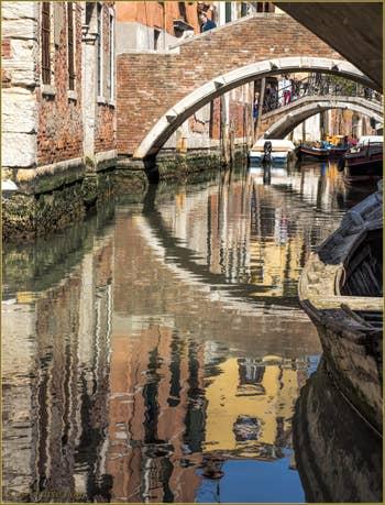 Reflets sous le pont de Ruga Vechia, à Santa Croce à Venise.