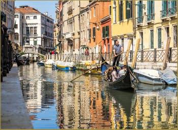 Gondole sur le Rio Marin, le long de la Fondamenta Garzoti à Santa Croce à Venise.