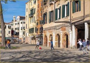 Le Campo et le pont de Ghetto Novo, dans le Sestier du Cannaregio à Venise.