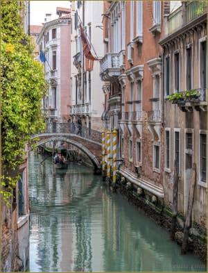 Gondole sur le Rio et sous le Pont de Borgoloco, dans le Sestier du Castello à Venise.