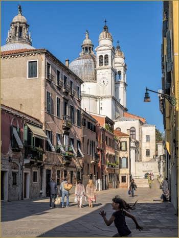 Le Rio Terà dei Catecumeni et l'église de la Salute, dans le Sestier du Dorsoduro à Venise.