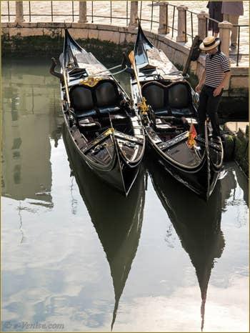 Gondoles et gondolier sur le Rio de la Madalena, dans le Sestier du Cannaregio à Venise.