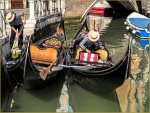 Gondoles et Gondoliers sur le Rio de la Madalena, dans le Sestier du Cannaregio à Venise.