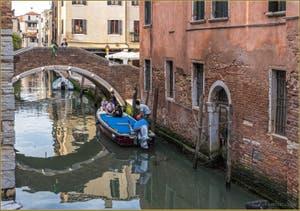 Reflets sur le Rio San Zan Degola, devant le pont de Ruga Vechia, dans le Sestier de Santa Croce à Venise.