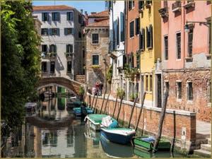 Parfum d'été Vénitien Rio de Sant'Andrea, devant le pont Corrente, dans le Sestier du Cannaregio à Venise.