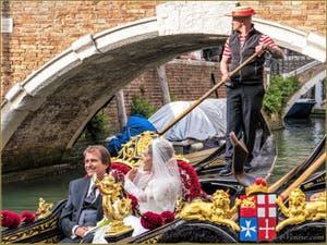 Mariés en Gondole sur le Rio dei Miracoli, dans le Sestier du Cannaregio à Venise.