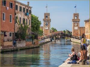 Soleil, crème solaire et Bronzette à l'Arsenal de Venise, dans le Castello.