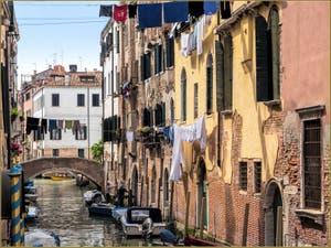 Lessive sur le Rio de San Francesco de la Vigna, dans le Sestier du Castello à Venise.