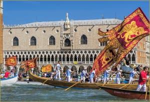 Le cortège des bateaux vénitiens à la fête de la Sensa, devant le palais des Doges à Venise.
