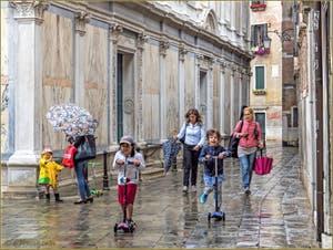 La Joie de Vivre des petits Vénitiens, devant l'église dei Miracoli, dans le Sestier du Cannaregio à Venise.