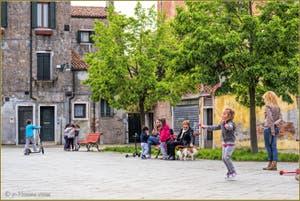 Les Petits Vénitiens en train de jouer sur le Campo de la Celestia, dans le Sestier du Castello à Venise.