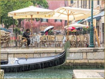 Gondole sous la pluie, devant le Campo de Santa Maria Nova, dans le Sestier du Cannaregio à Venise.