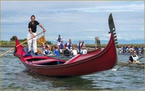 Gondoles, avirons et pagaies le long de Sant' Erasmo lors de la Vogalonga de Venise.