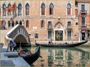 Gondoles sur le Rio del Malcanton, frontière entre les Sestieri du Dorsoduro et de Santa Croce à Venise.