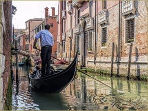 Gondole sur le Rio Sant'Andrea Gozzi le long du Palazzo Seriman, dans le Sestier du Cannaregio à Venise.