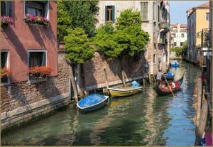 Gondole sur le Rio de San Giacomo dall'Orio, dans le Sestier de Santa Croce à Venise.