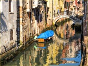 Reflets sur le Rio de San Giovanni Laterano, dans le Sestier du Castello à Venise.