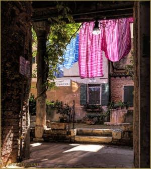 La Corte Tagiapiera et son puits, dans le Sestier de Santa Croce à Venise.