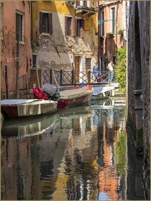 Reflets et couleurs sur le Rio Zaninovo devant la Fondamenta Drio Ruga Giuffa, dans le Sestier du Castello à Venise.