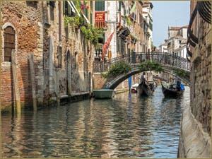Gondoles sous le pont del Cristo, dans le Sestier du Cannaregio à Venise.