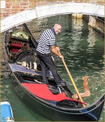 Gondole sur le Rio de Santa Maria Formosa, sous le pont Querini, dans le Sestier du Castello à Venise.