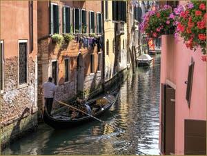 Une gondole glisse dans les reflets et couleurs du Rio dei Santi Apostoli, dans le Cannaregio à Venise.