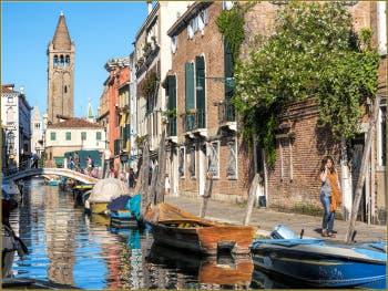 Les Reflets du Rio de San Barnaba, le long de la Fondamenta Gherardini, dans le Sestier du Dorsoduro à Venise.