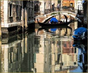 Gondole sous le Pont de la Tetta, dans le Sestier du Castello à Venise.