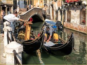 Gondoles Rio de la Maddalena devant le pont Sant' Antonio, dans le Sestier du Cannaregio à Venise.