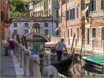 Gondole sur le Rio de le Eremite, dans le Sestier du Dorsoduro à Venise.