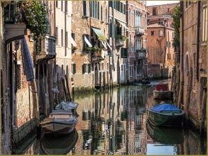 Le Rio dei Santi Apostoli et le Palazzo Comello dei Leoni, dans le Sestier du Cannaregio à Venise.