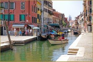 Le Rio de San Barnaba et la péniche de fruits et légumes, dans le Sestier du Dorsoduro à Venise.