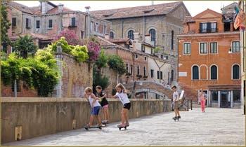Petits Vénitiens en deux roues sur la Fondamenta Santa Caterina, dans le Sestier du Cannaregio à Venise.