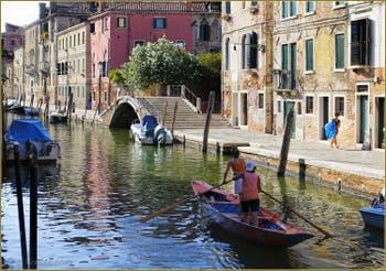 Sur le Rio de la Sensa devant le pont Brazzo, dans le Sestier du Cannaregio à Venise.