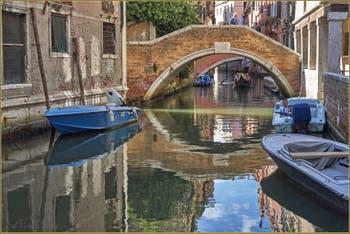 Sérénité vénitienne sur le Rio et devant le pont Widmann, dans le Sestier du Cannaregio à Venise.