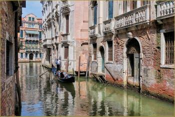 Les Couleurs Pastel du Rio de Borgoloco, dans le Sestier du Castello à Venise.