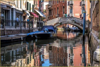 Dans les Reflets du Rio dei Frari, dans le Sestier de San Polo à Venise.