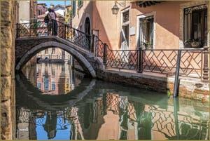Amoureux sur le pont Storto dans les reflets du Rio de San Zaninovo, dans le Sestier du Castello à Venise.