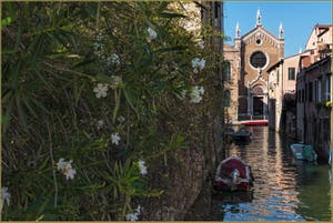 Le Rio Brazzo et l'église de la Madona de l'Orto, dans le Sestier du Cannaregio à Venise.