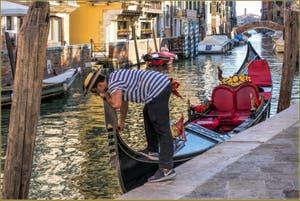 Gondolier sur le Rio de San Vio, dans le Sestier du Dorsoduro à Venise.