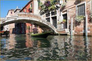 En bateau sur le Rio de San Felice, sous le pont Chiodo, dans le Sestier du Cannaregio à Venise.