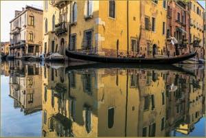 Gondole dans les reflets d'or du Rio Priuli, dans le Sestier du Cannaregio à Venise.