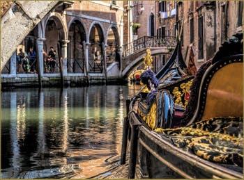Gondole d'or sur le Rio Widman, dans le Sestier du Cannaregio à Venise.