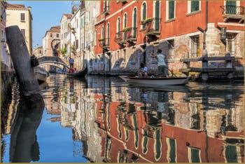 Gondole et Sandolo sur le Rio de San Felice, dans le Sestier du Cannaregio à Venise.