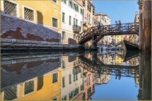 Le miroir parfait du Rio Priuli sous le pont de le Vele, dans le Sestier du Cannaregio à Venise.