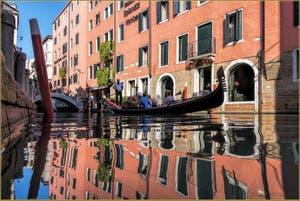 Gondole sur le Rio dei Bareteri, dans le Sestier de Saint-Marc à Venise.