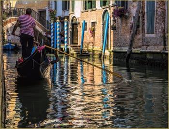 Gondole dans les reflets du Rio de la Canonica, devant le pont del Remedio à Venise.