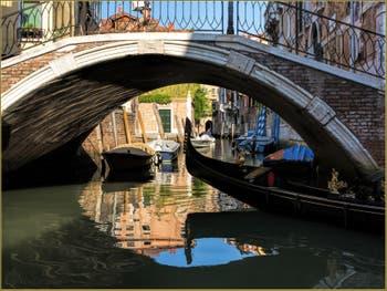 Gondole dans les reflets du Rio San Stin, devant le pont du même nom, dans le Sestier de San Polo à Venise.